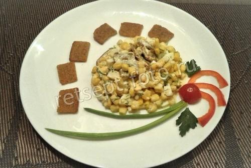 Салат с кукурузой и сухариками