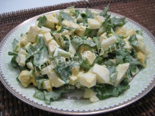Салат с рукколой и яйцом