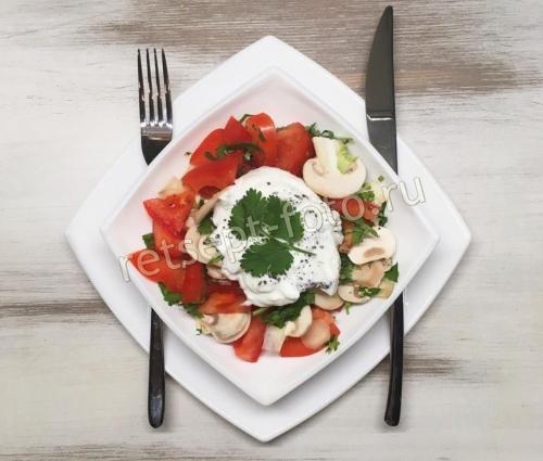 Салат с сырыми шампиньонами и помидорами