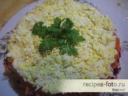 Слоеный салат со свеклой, яйцами и морковью