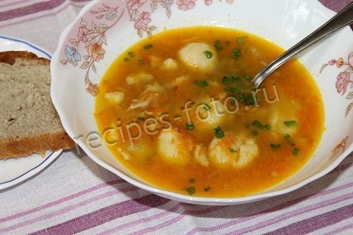 Суп с клецками из манки на курином бульоне