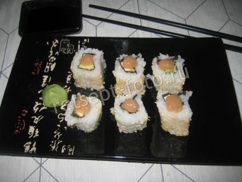 Суши с икрой трески и авокадо