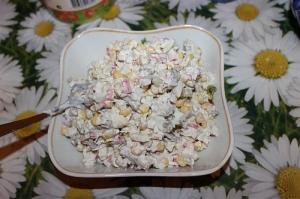 Салат с курицей, сухариками, грибами и крабовыми палочками