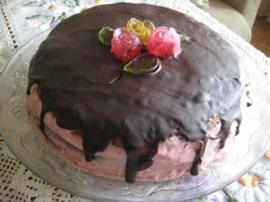 Бисквитный шоколадный торт с клубникой и сливками в домашних условиях