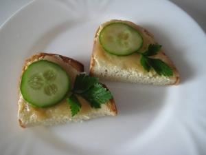 Бутерброды с икрой трески и огурцом