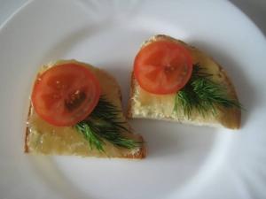 Бутерброды с икрой трески и помидорами