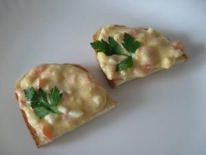 Бутерброды с икрой трески, помидорами и яйцом