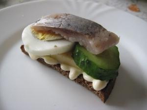 Бутерброды с селедкой и сыром на черном хлебе