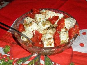 Фета маринованная в масле с орехами, травами и вялеными помидорами