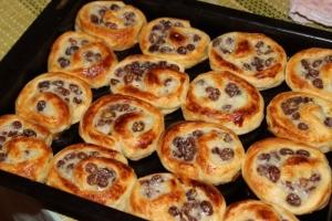 Французские булочки с изюмом и заварным кремом