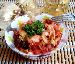 Капуста с мясом и черносливом тушеная в горшочке в духовке