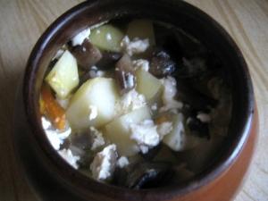 Картошка с грибами и сметаной в горшочках