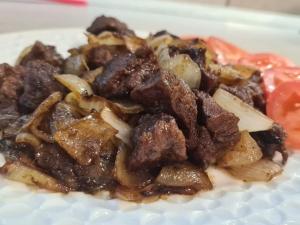 Мясо лося тушеное с луком