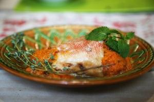 Морской окунь на сковороде тушеный с овощами