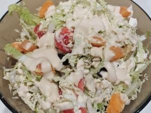 Овощной салат с фетой, авокадо и маслинами