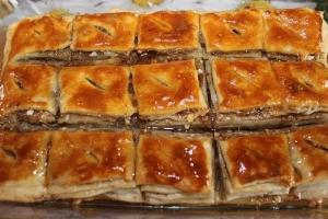 Пахлава медовая с орехами из слоеного теста