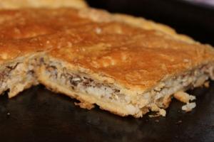 Пирог с рыбой и рисом из слоеного теста
