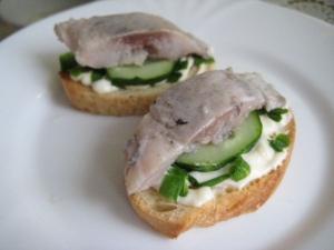 Праздничные простые бутерброды с селедкой и свежим огурцом