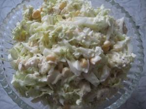 Простой салат с курицей, кукурузой и пекинской капустой