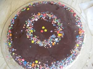 Простой шоколадный торт со сметанным кремом в домашних условиях на 1, 2, 3