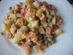 Простой вкусный овощной салат с горошком без мяса и без яиц