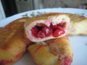 Жареные пирожки с вишней без дрожжей
