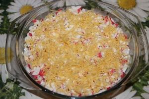 Салат с крабовыми палочками и плавленым сыром слоями