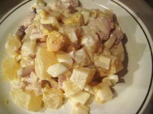 Салат с ананасами, курицей, яйцом и сыром