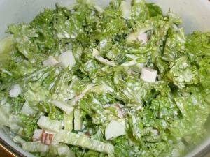 Салат с копченой курицей и листьями салата
