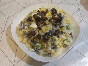 Салат с маринованными грибами и кукурузой