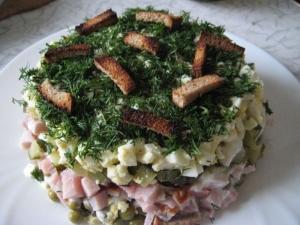Салат с сухариками «На траве дрова»