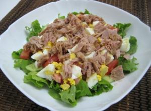 Салат с тунцом и листовым салатом