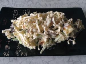 Салат с жареными грибами и сухариками