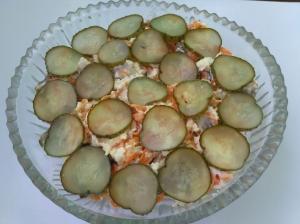 Салат с жареными грибами, сыром и огурцами