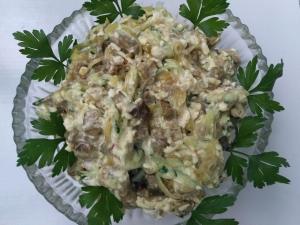 Салат с жареными грибами, сыром и огурцом на праздник