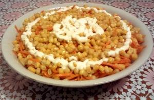 Слоеный салат с курицей, кукурузой и корейской морковкой