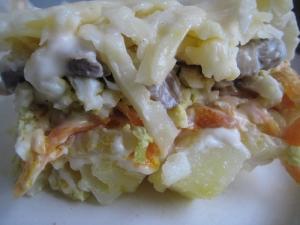 Слоеный салат с жареными грибами, яйцами и сыром