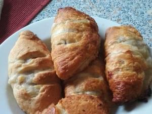 Слоеные пирожки с сырым фаршем и сыром