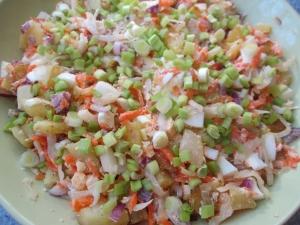 Теплый салат с жареной картошкой и квашеной капустой