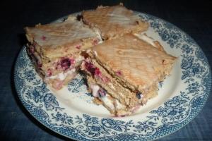Торт без выпечки из печенья и сметаны