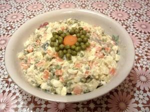Вкусный зимний салат с соленой скумбрией и яйцом