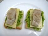 Бутерброды с авокадо, селедкой и сыром