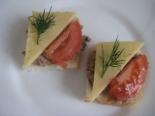 Бутерброды с паштетом и помидором