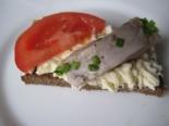 Бутерброды с селедкой, помидорами и плавленым сыром на черном хлебе на праздник