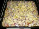 Домашняя пицца с грибами, беконом, кукурузой и солеными огурцами на тонком дрожжевом тесте