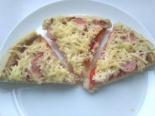 Домашняя пицца с сосисками и сыром