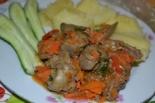 Куриная печень тушенная на сковороде с овощами