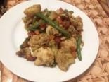 Курица по-китайски с грибами и овощами на сковороде