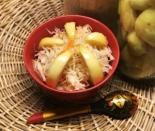 Квашеная капуста с яблоками в кастрюле