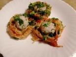 Макаронные гнезда с мясными шариками в томатном соусе